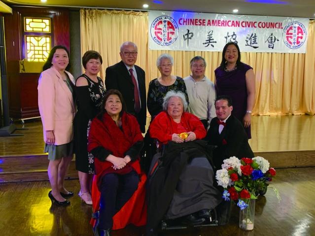 照片四:中美協進會會長梅小燕(前排左1)與中美協進會董事合影