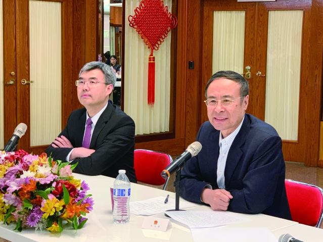 照片四:趙建總領事(左)主持座談會、萬立駿主席(右)