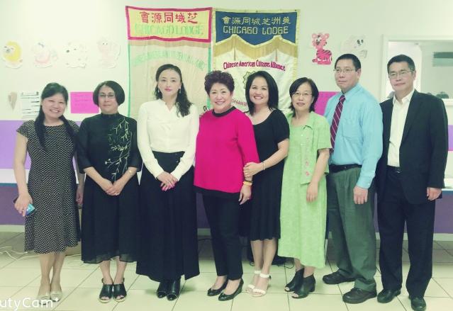 照片七:出席頒獎典禮嘉賓合影:汪老師(左2)、達琳集團總裁Linda(左3)、林寶嫦會長(中)、陳健女士(右4)、滿素潔校長(右3)