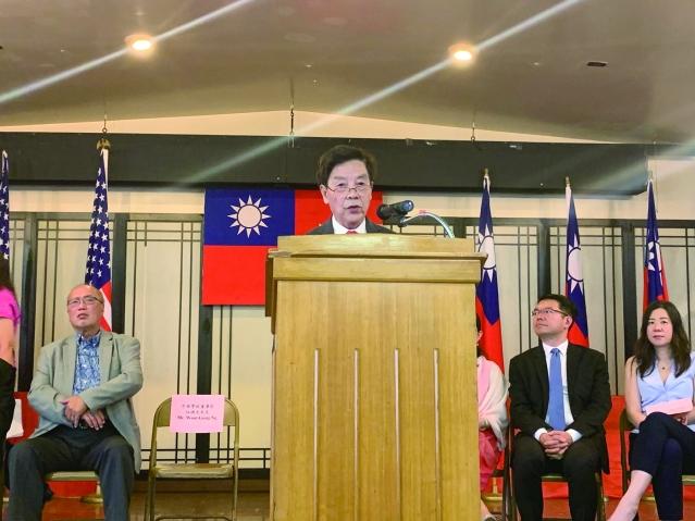 照片五:中華學校董事長伍換光先生致辭