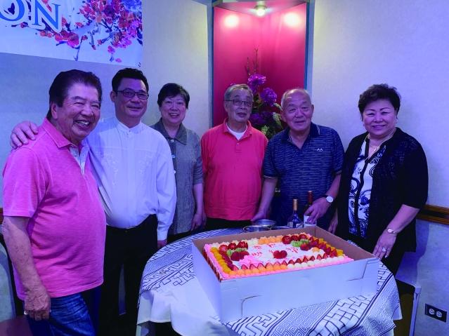 照片六:悅文元老伉儷為大家贈送大蛋糕 共慶雙親節