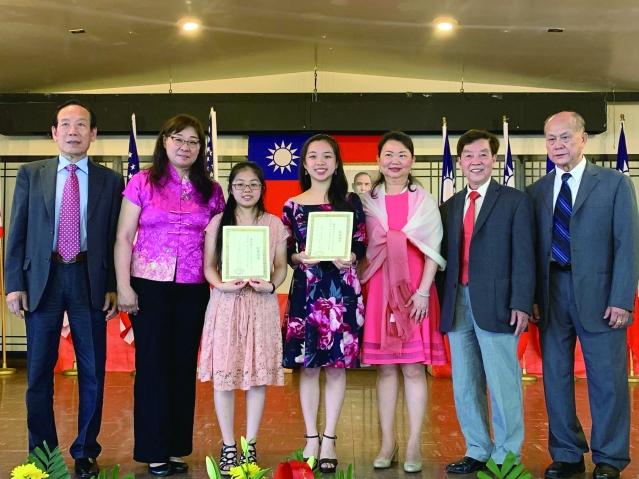 照片十三:中華學校為畢業生黃俏君(左3)、趙沛文(左4)頒發紀念品