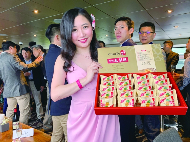 照片十二:卸任青商會會長黃聖家特意從台灣帶來地道的鳳梨酥給大家品嘗