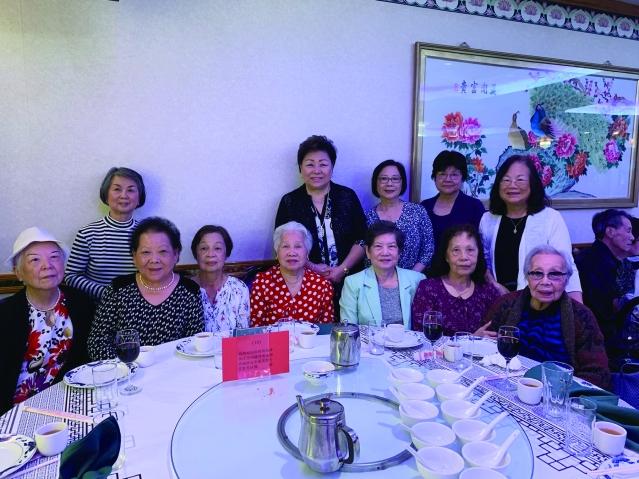 照片四:100歲高齡的梅劉如珠女士(右1)精神健碩,出席雙親節活動