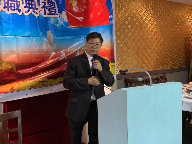 照片一:芝加哥華人海外交流協會連任會長方燕輝致就職詞