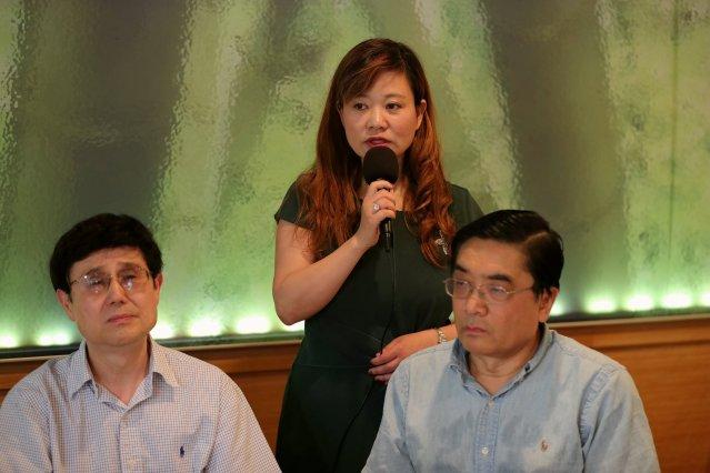 照片一:華聯會主席鄭征發表聲明
