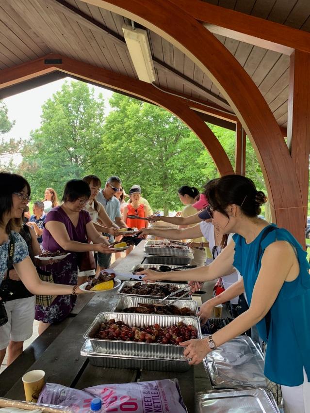 照片五:香港會成員派發豐盛美食