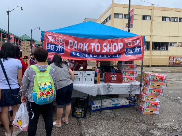 照片十三:香港超市攤位前排起長隊 民眾熱情高漲
