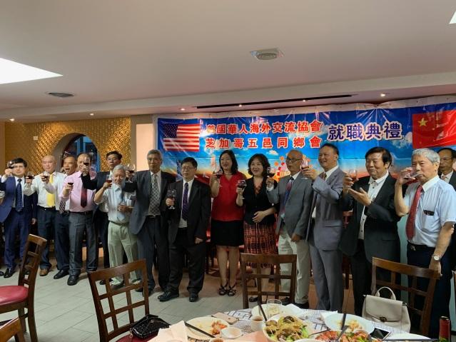 照片十二:兩會職員與邊志春副總領事、伊州眾議員馬靜儀共同祝酒