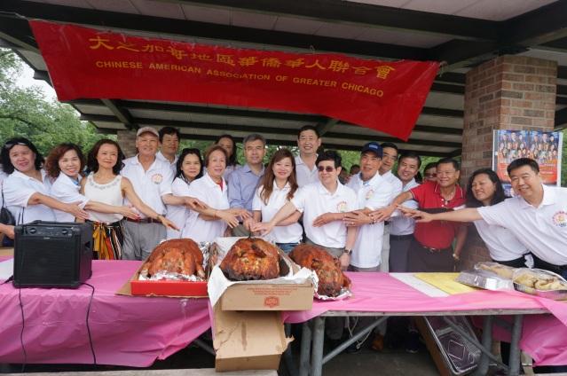 照片三:各界來賓共切燒豬 氣氛熱烈:趙建總領事(中)、鄭征主席(中)