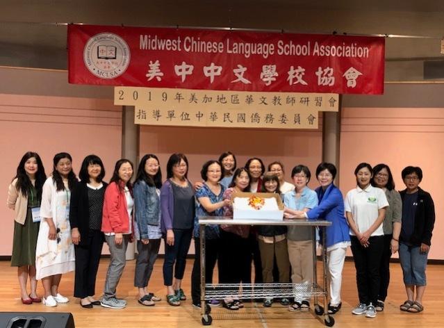 美中中文學校協會會長洪嫚明,溫馨準備鮮美蛋糕,感謝資深校長及老師們對中文教育的無私奉獻