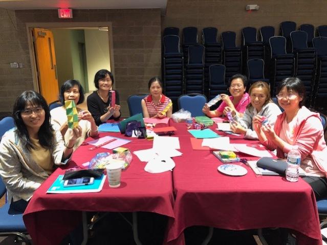 老師們興奮展示完成「詞彙造句」的摺紙成品