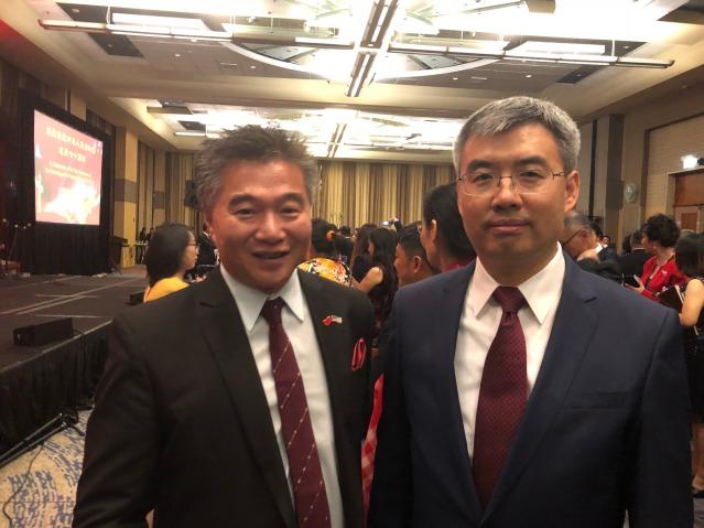 18 太古集團總事長倪舉凌(左)與趙建總領事(右)合影十一酒會上