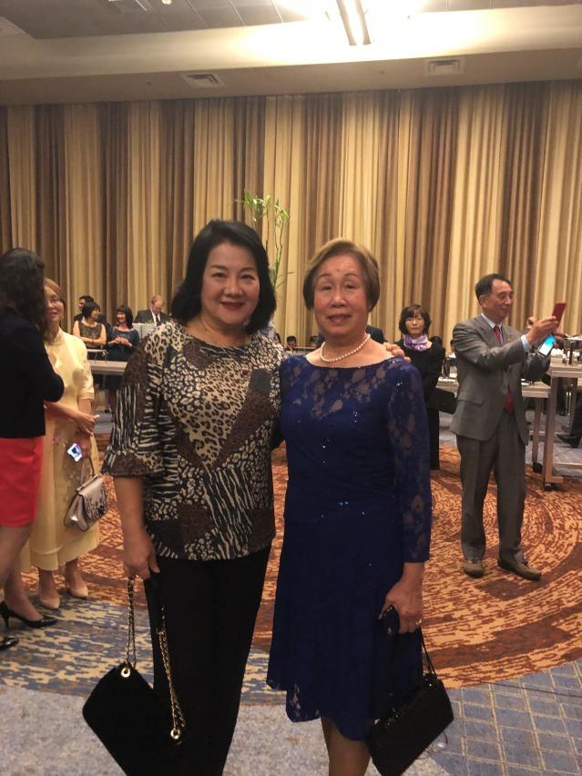 24 華聯會理事劉娉婷(左)與芝加哥時報社長郭笑榮合影