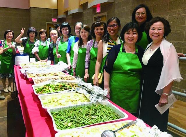 北一女中和政大校友會美麗的的理事校友們為大家服務豐盛的晚餐