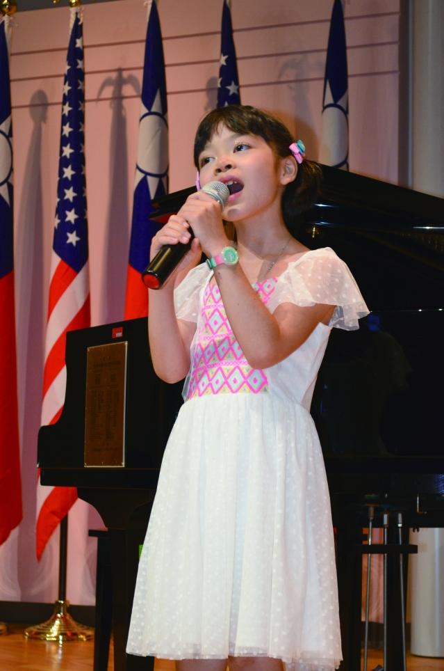 汪成用和楊逢時的女兒汪天添演唱動廳的西洋老歌《Yesterday》