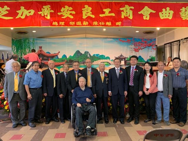 照片七:僑社各界合影:陳彥夆副處長(右5)、伍健生元老(中)、林惠明總理(左4)