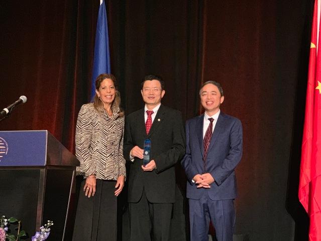 照片七:萬向美國公司獲得年度最佳社會共享將,項目經理李剛(中)領獎