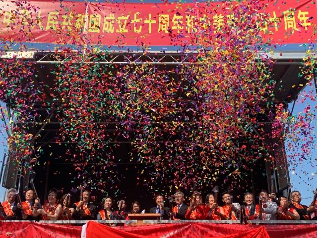 照片三十:各界嘉賓拉響彩炮共同祝願祖國繁榮昌盛國泰民安,中美友誼長存