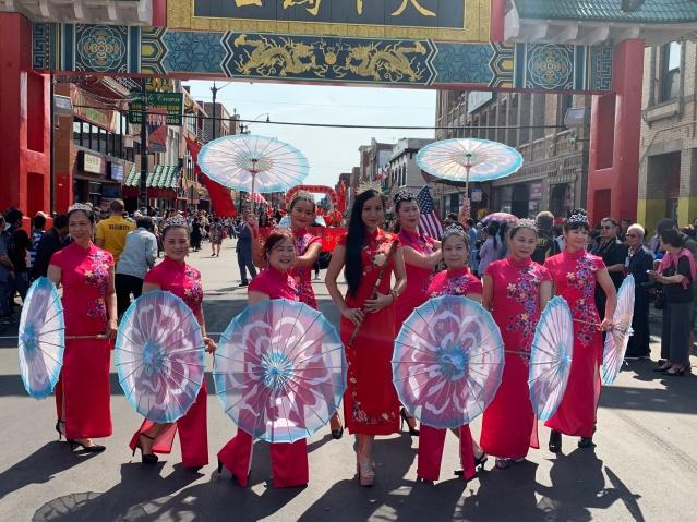 照片二十:彩色藝術團與華裔歌唱家張羽琪合影