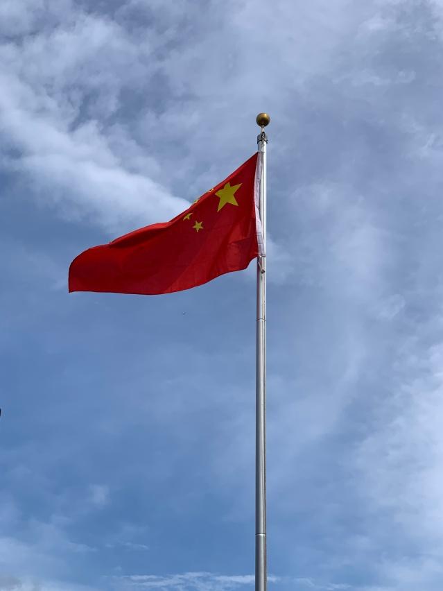 照片五:中國五星紅旗飄揚在中國城上空