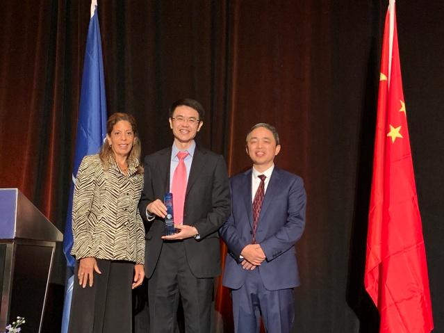 照片八:中國銀行芝加哥分行獲得年度最佳社會貢獻獎,領獎人為分行行長劉志丹(中)