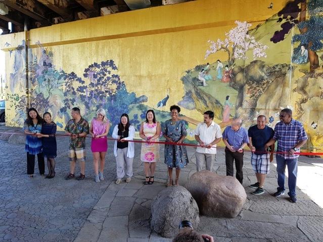 照片六:各界來賓為新壁畫舉行剪綵儀式