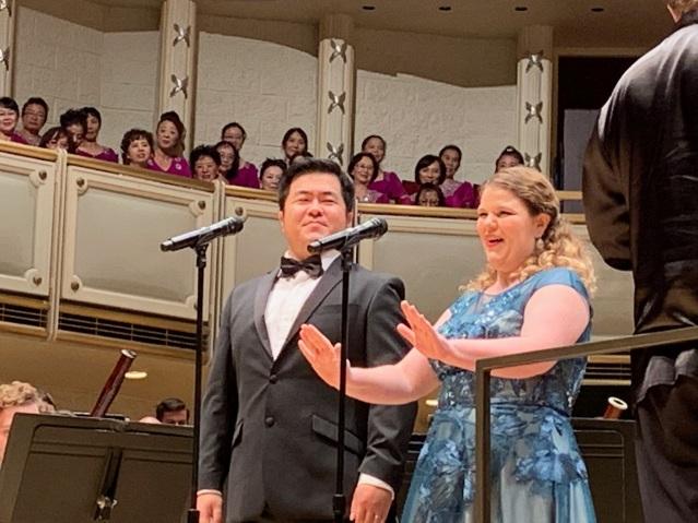 照片十一:茱麗婭和郁永釗二重唱《夫妻識字》