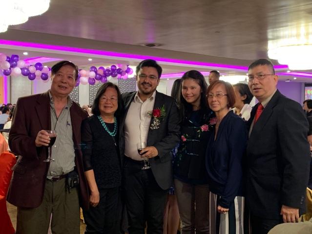 照片十三:出席晚宴的僑社代表與25區區長盧漢士夫婦合影