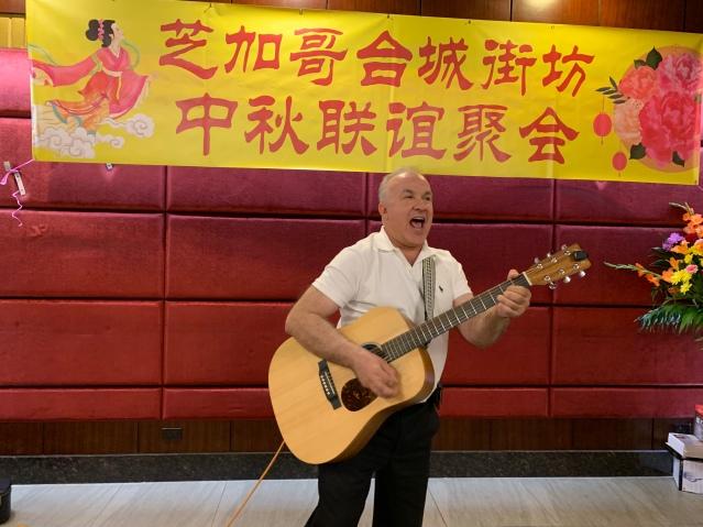 照片十三:外國友人自彈自唱獻上多首歌曲