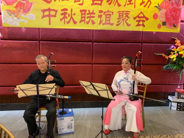 照片十二:新美(右)與老師表演二胡演奏