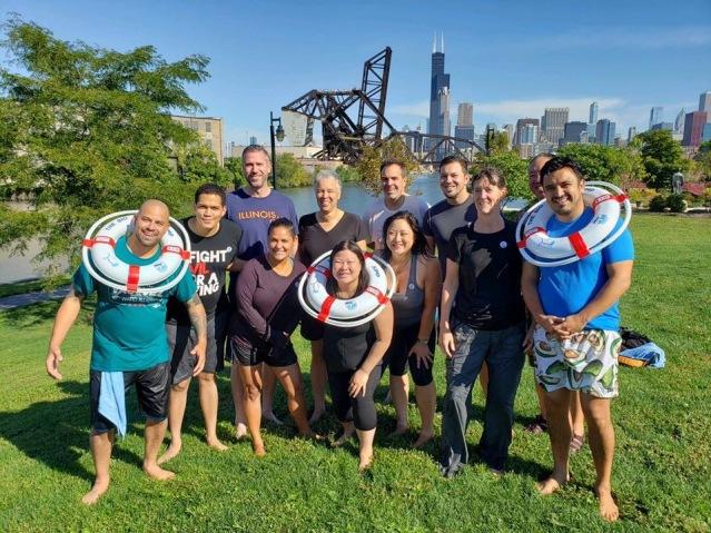"""照片十二:眾多官員參與""""跳河""""活動,力證芝加哥河水質大有改善"""