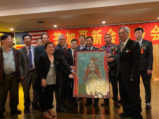 照片十五:僑社各界向新會同鄉會贈送禮物祝賀大會成立