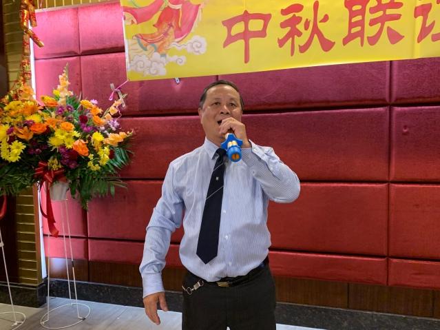 照片十:趙可夫先生獻唱歌曲《祖國慈祥的母親》