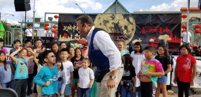 照片十:魔術師與孩子交流