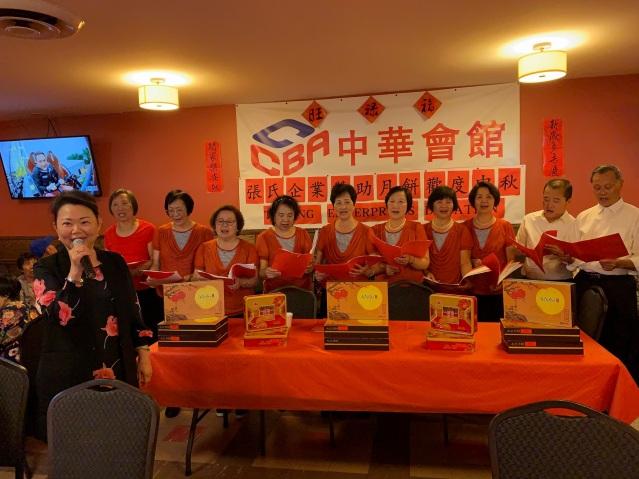 照片四:中華會館主席黃於紋與中華合唱團成員合唱《月亮代表我的心》