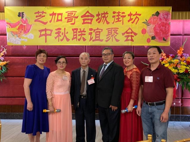 照片四:理事會成員合影:方方小姐(左2)、李國雄(中)