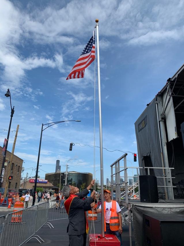 照片四:美國國旗冉冉升起