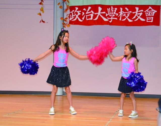 鄭明能的金孫,王宜琳和王嘉琳聯合表演熱力四射的拉拉隊舞蹈