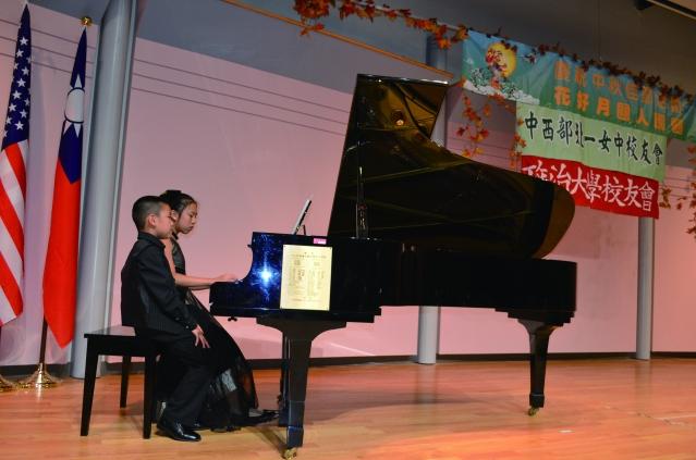 陳颽旭和陳蔓寧姐弟鋼琴合奏《月亮代表我的心》