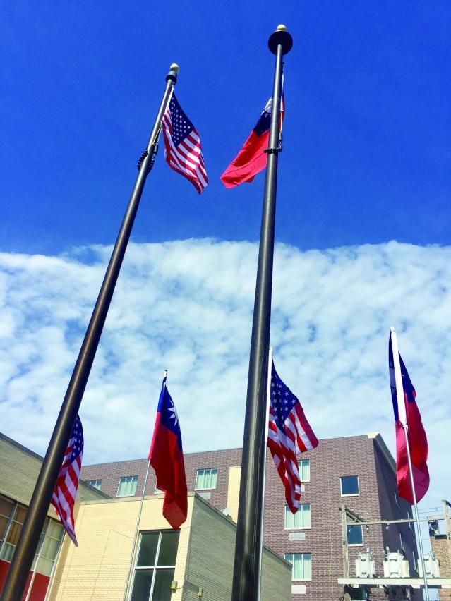 1.美國國旗與青天白日旗飄揚在中國城上空