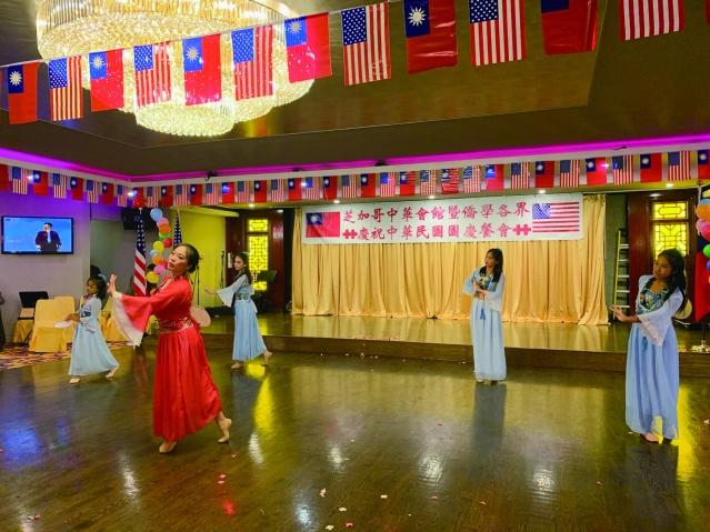 17.僑教中心舞蹈班同學帶來《落雪紛飛》