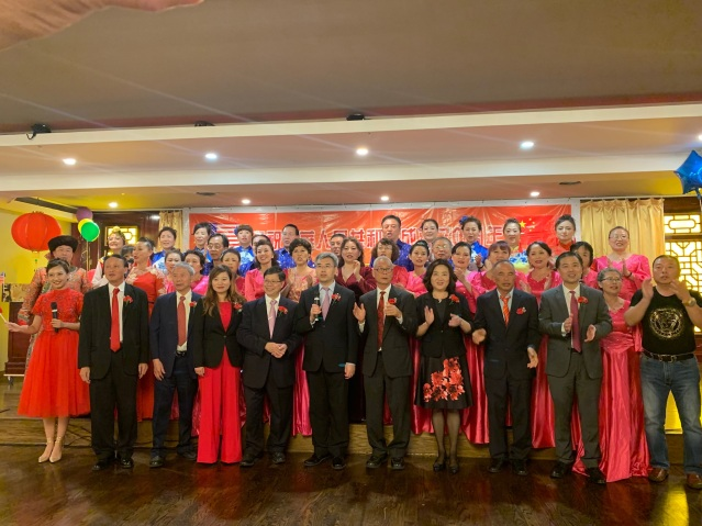 23.趙建總領事與大家合唱《歌唱祖國》氣氛熱烈