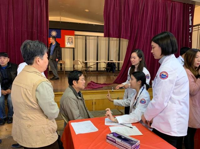 3.醫學院學生們為民眾檢查身體