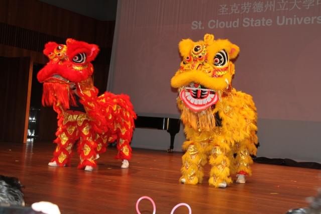 4.聖克勞德州立大學中國學生表演舞獅