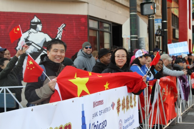 8.僑務組長盧曉暉與周蕾領事高舉中國國旗為選手們加油