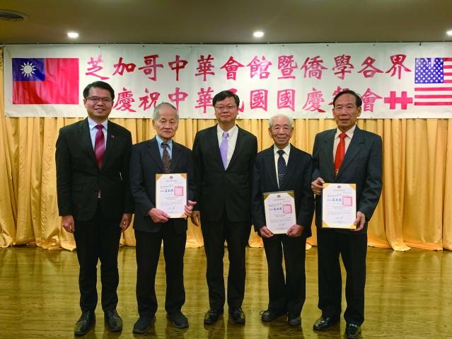 9.黃鈞耀處長為三位僑領頒發了僑務榮職聘書