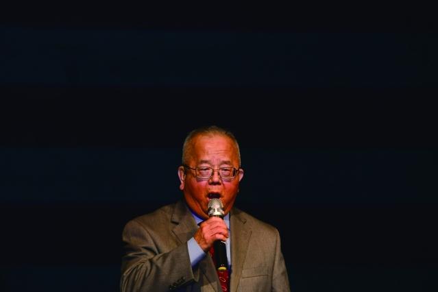密西根州台灣同鄉聯誼會梁克強會長帶領大家高唱中美國歌