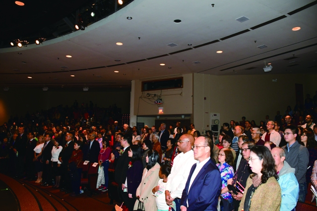 表演會場觀眾起立齊唱中美國歌