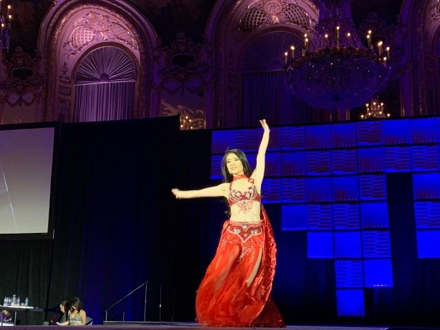 5.冠軍梅敏華帶來活力性感的《鳳凰展翅》舞蹈